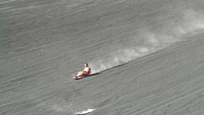 Vulkánboarding: döngessen deszkával egy tűzhányón