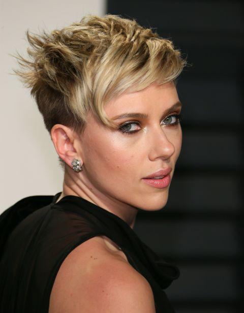 Scarlett Johansson kócos, vadóc pixie frizurája nemcsak divatos, de nagyon vagány is. Egyértelműen ez a nyár egyik legtrendibb fazonja.