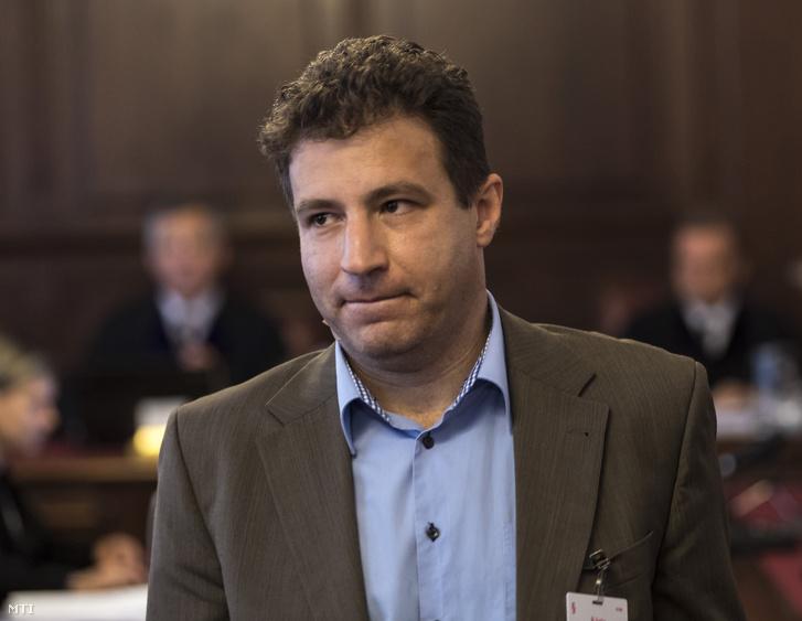 Tátrai Miklós a Magyar Nemzeti Vagyonkezelő Zrt. korábbi igazgatója az ellene hűtlen kezelés bűntette és más bűncselekmények miatt a sukorói telekcsere ügyében indult büntetőper nyilvános tárgyalásán a Kúrián 2017. június 1-jén.