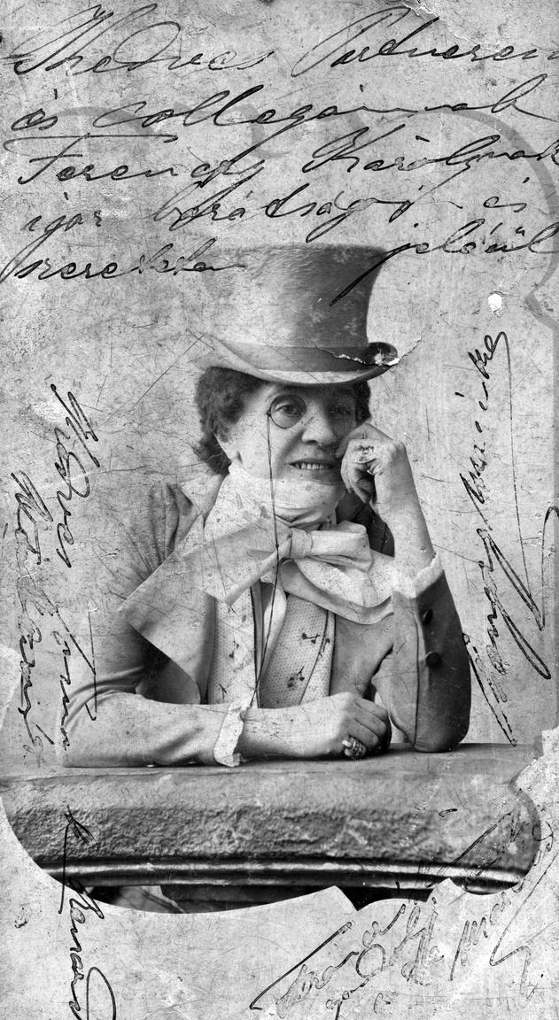 Hegyi Aranka operettprimadonna nadrágszerepben, 1901A nadrágot húzó nő, vagyis egyelőre csak színésznő a nemi szerepcsere egyszerre izgató és fenyegető jelképe volt a századfordulón. A színház közönsége nemcsak véletlenül láthatott meg egy-egy kivillanó bokát, hanem több felvonáson keresztül megbámulhatott olyan domborulatokat, amelyeket hétköznapi helyzetekben nyilvánosan sohasem. Ezekben a színházkasszát feltöltő sikerdarabokban ráadásul két nő alakított szerelmespárt, ami tovább borzolta a korabeli kedélyeket. A cvikkeres, cilinderes Hegyi Aranka (1855–1906) életét és pályáját sok nehézség kísérte. Ugyan cigány származása ellenére együtt emlegették tehetségét és népszerűségét Blaha Lujzáéval, Pálmay Ilkáéval és Küry Kláráéval, mégis elfeledve és nyomorban halt meg.