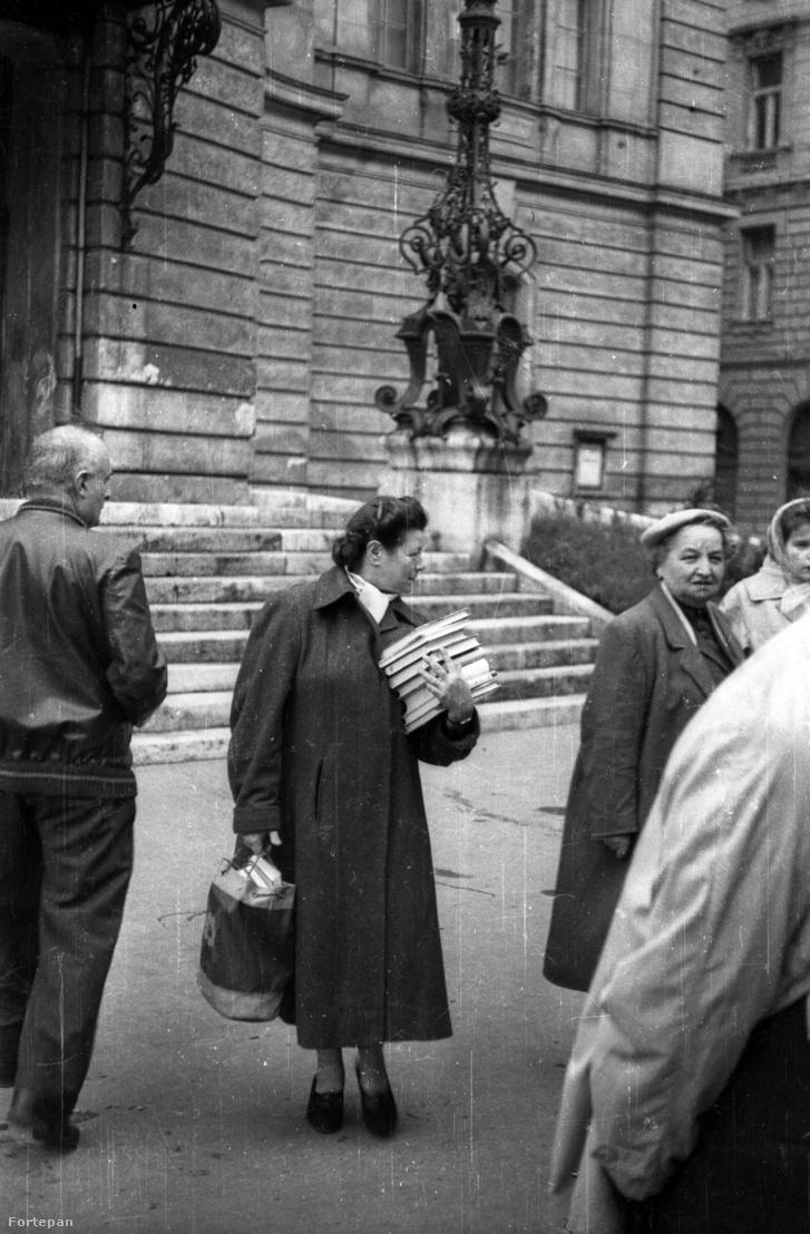 Szent István körút, Ünnepi könyvhét a Vígszínház előtt. 1962