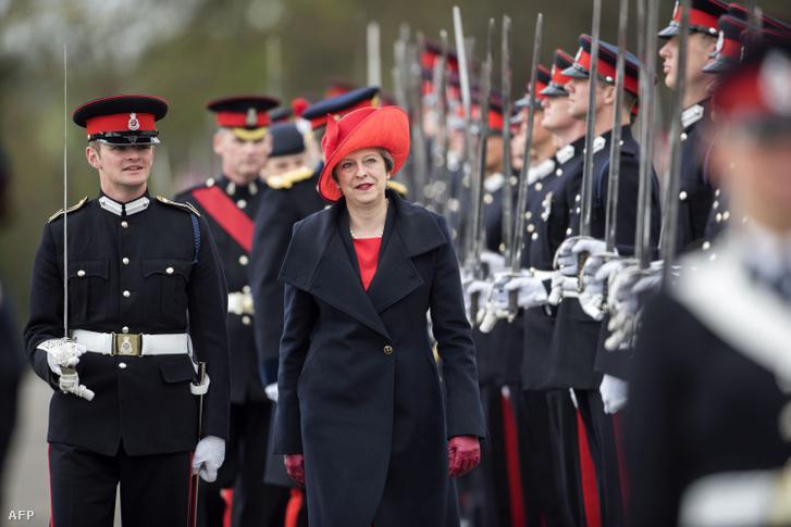 Theresa May egy katonai parádén