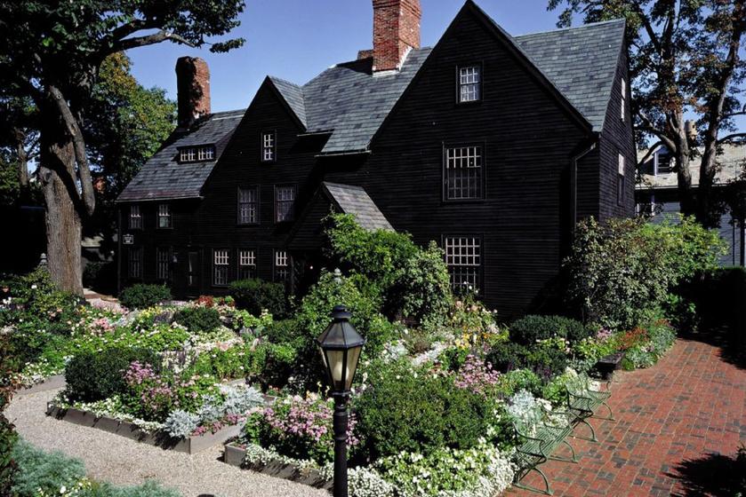 Egy régi példa a fekete házakra a Nathaniel Hawthorne-hoz köthető és regényével azonos néven ismert, amerikai, salemi hétormú ház, mely igencsak baljós hangulatot áraszt.