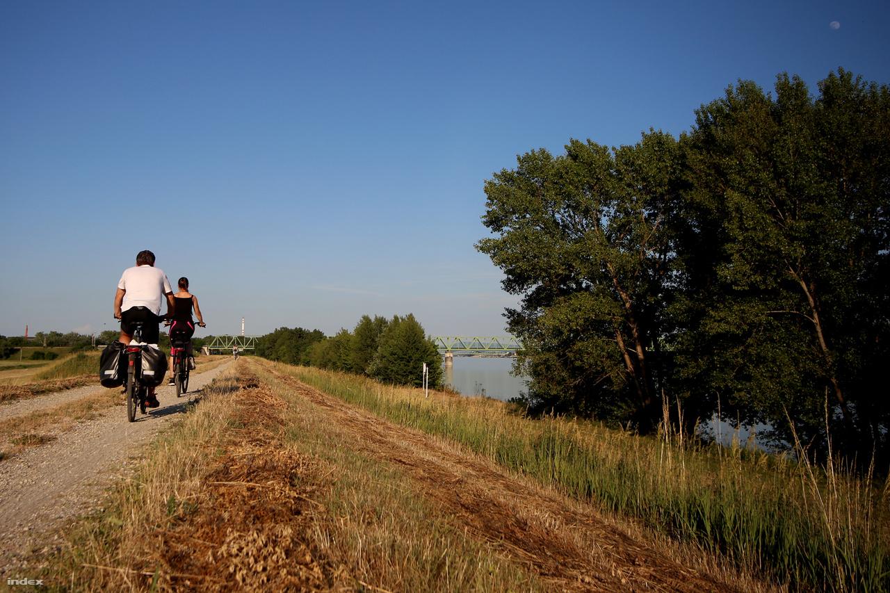 A sóderes út egészen Komárno (Komárom) határáig tart. Jó megpillantani a gátról város hídjait.