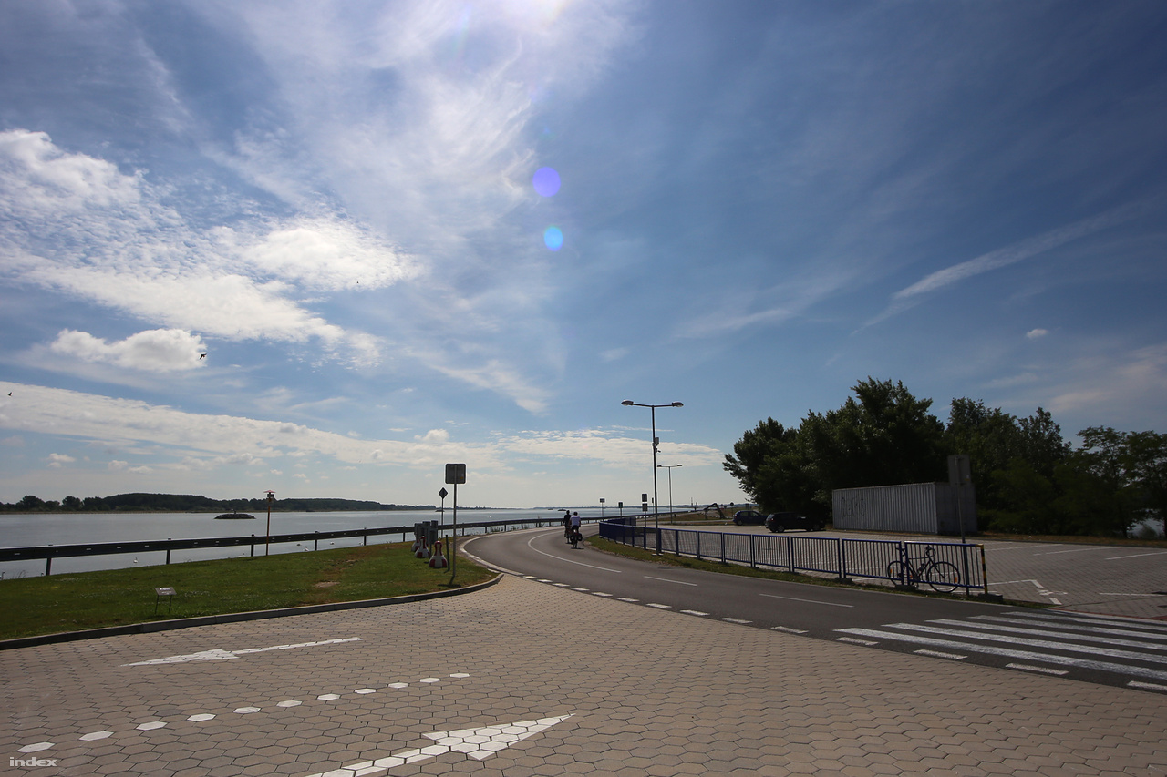 Dunacsúnynál rákanyarodtunk a mesterséges gátra, amivel a szlovákok anno elterelték a Dunát az eredeti mederből. A gát tetejére épített, kiváló minőségű bringaút hosszanti irányban, egészen a 18 kilométerre levő bősi erőműig halad a parton. Jobbra a Szigetköz a magyar határral, balra pedig a betonmederbe terelt, széles folyó.