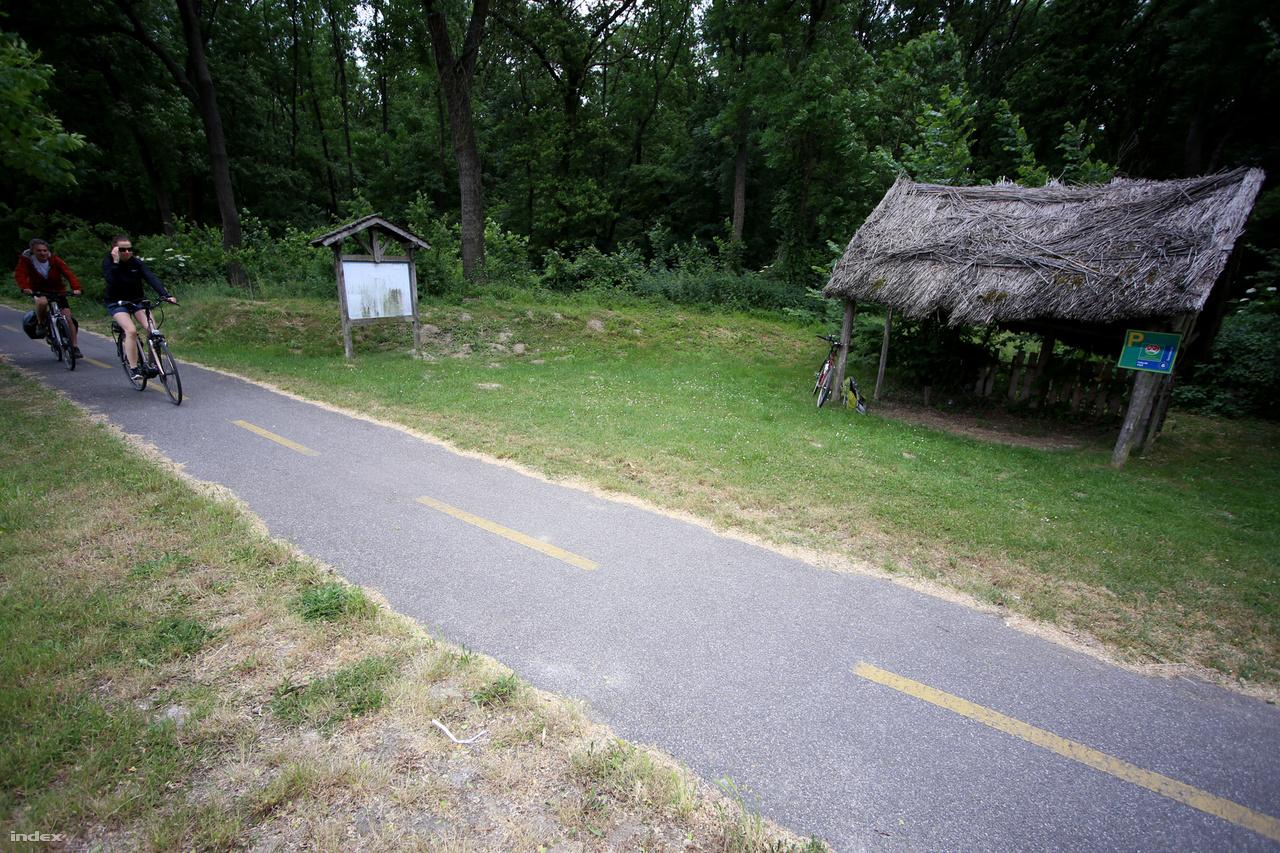 Kicsit megroggyant kerékpáros pihenő. Nem valószínű, hogy valaki be merne állni alá. Szerencsére nincs is nagyon szükség rá, mert a Győr-Mosonmagyaróvár közötti 30 kilométeren tíz településen is áthalad az Eurovelo. Van elég bolt, vendéglátóhely, beálló.