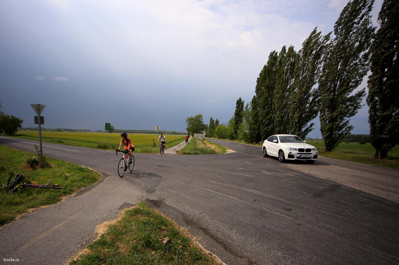 A Győrtől Mosonmagyaróvárig tartó kerékpárút első fele kicsit huppanós az aszfalt alá bekúszó gyökerek miatt, de egy ilyen bicikliútért örömódát zengenének a Budapest-Szentendre között ingázó bringások. Az út második fele pedig kifejezetten sima, kényelmes aszfalt. Sajnos a környezet nem csábít nézegetésre: jobb oldalt az országút, balra a végtelen mező. A fák dőléséből látszik, hogy végig kellemetlen szembeszelünk volt.