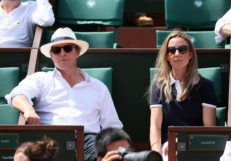 Hugh Grant és élettársa napszemüvegben figyelik az egyik teniszmeccset Párizsban.