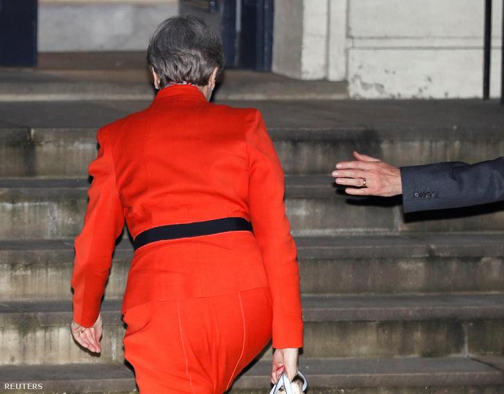Theresa May-t kíséri férje a Downing Streeten, a választási eredmények után.