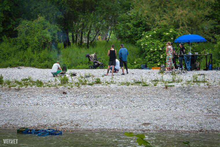 Felkészült versenyzők, mobil bútorokkal, és a folyóban hűlő sörösrekeszekkel.