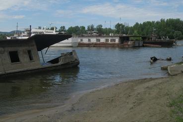 Itt-ott kilógnak a roncsok a vízből, de az elmúlt években több el is süllyedt.