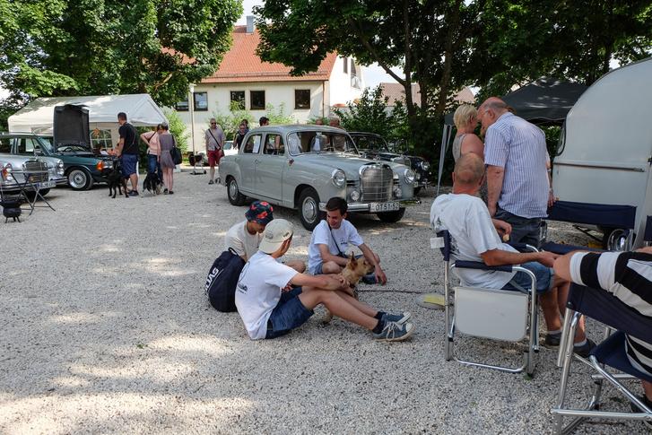 Kiscsoportos foglalkozás a pontonos bácsi lakókocsija mellett a gyerekeknek