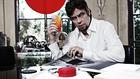 Benicio del Toro kiszabadít egy nőt, és iszik