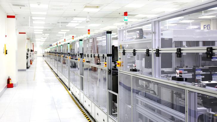 Minden egyes lezárt boxban egy-egy robot dolgozik, és tucatnyi hasonló sor van egymás mellett. Itt készül a HTC összes mobilja.