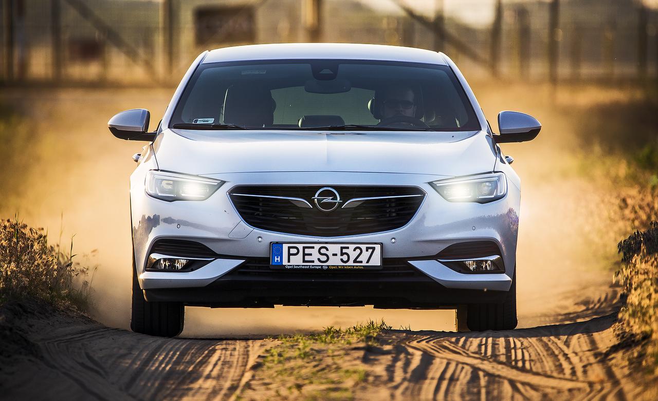 Az Opel új zászlóshajója az IntelliLux LED Mátrix-világítás második nemzedékét kapta meg 32 led szegmenssel, ami kétszer annyi, mint az Astráé. Ehhez járul a tompított fény moduljába integrált speciális távfény-sugár, amelynek hatótávja eléri a 400 métert.