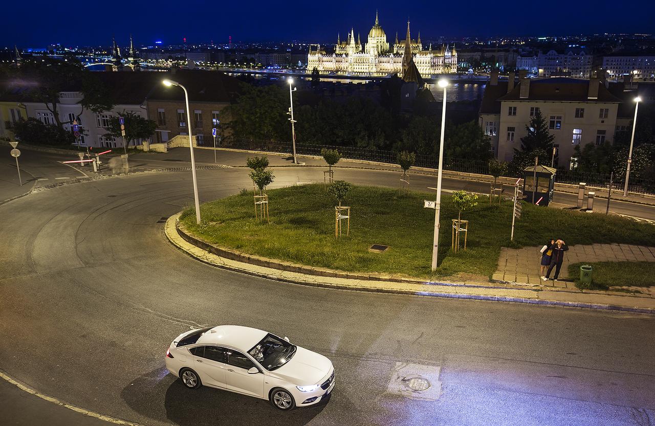Ez az első Opel, amelyben aktív motorháztető fokozza a gyalogosvédelmet: ütközéskor ezredmásodpercek alatt felemelkedik az alumínium géptető, hogy nagyobb hely legyen a kemény motorblokk fölött.