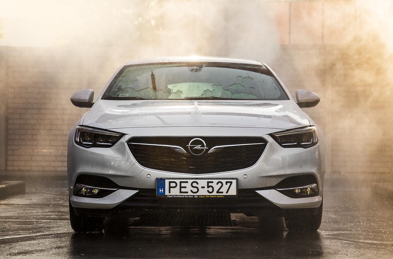A kétliteres, turbós, benzines csúcsmodell teljesítménye 260 lóerő, maximális nyomatéka pedig 400 newtonméter.