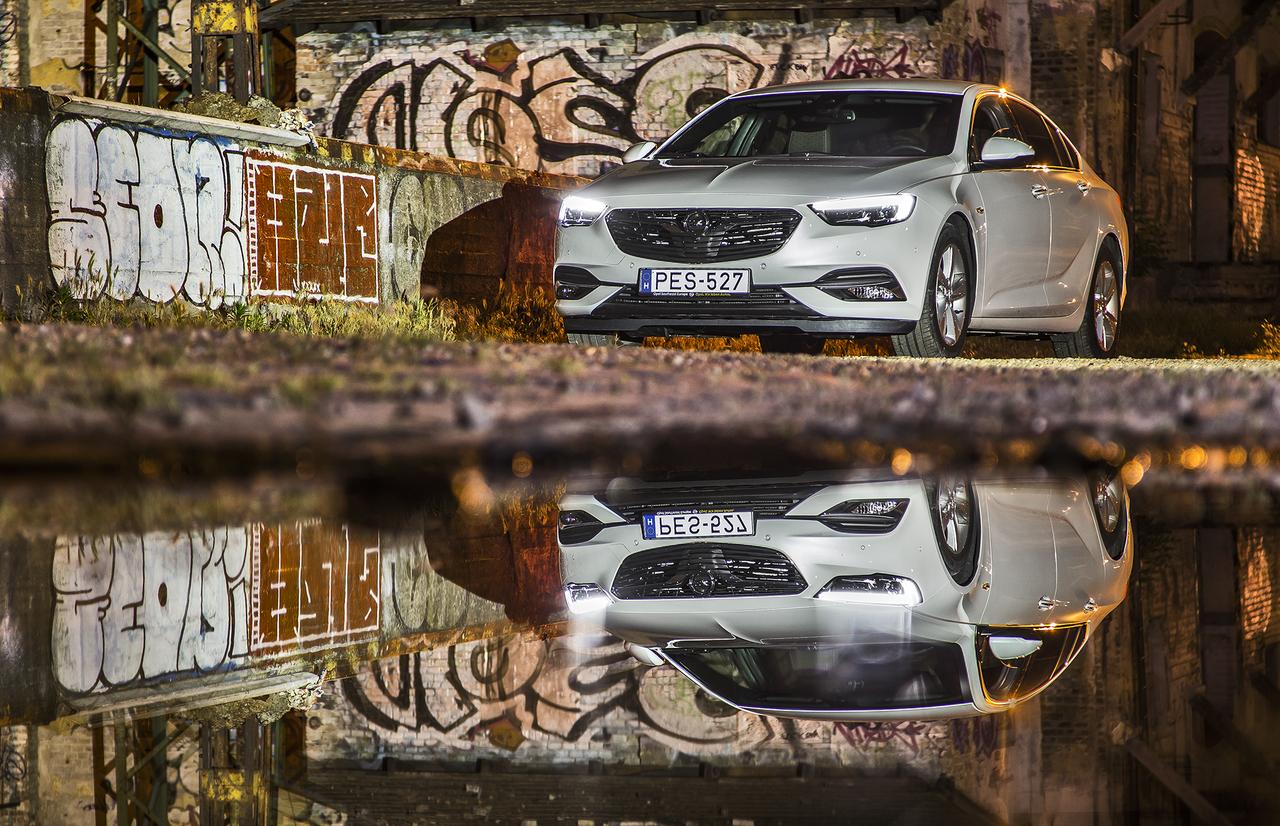 Az IntelliLink legújabb, Apple CarPlay- és Android Auto-kompatibilis generációja integrálja az okostelefont az autóba, illetve drót nélkül fel is tölti azt. Az automatikus baleseti vészhívástól az ellopott jármű visszaszerzésének segítéséig sokféle lehetőséget kínál a 24 órában működő Opel OnStar online- és szolgáltatási-asszisztens.