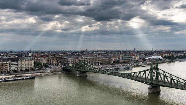 Kötélhúzó bajnokságot tartanak hétvégente a lezárt Szabadság hídon