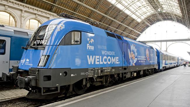 A vízkék mozdonyos vonatokon féláron utazhatunk a vizes vb-re