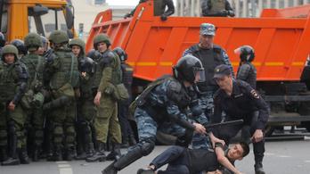Kétezer Putyin-ellenes tüntetőt tartóztattak le Oroszországban