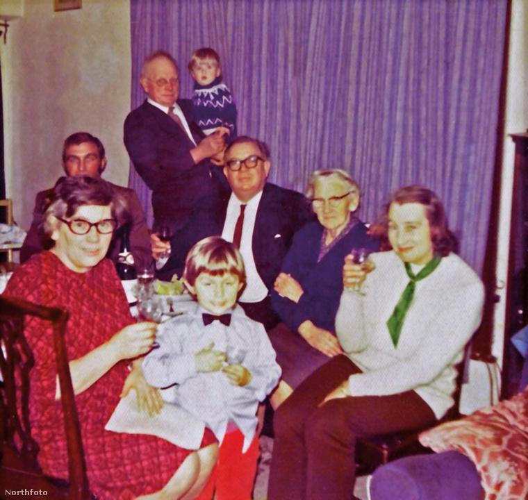 Ebben a lapozgatóban a fotó közepén ülő szemüveges úrról, Sir Maurice Oldfieldről lesz szó