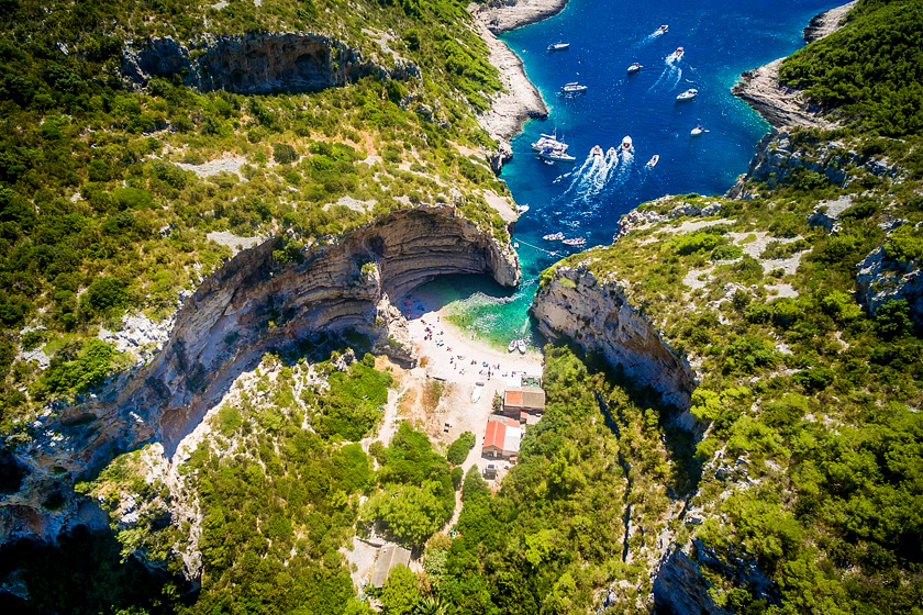 Vis szigetéről elérhető a Stiniva-öböl, mely a europeandestinations.com szerint meredek sziklafalaival a világ legszebb strandja, ám mivel nehezen megközelíthető, így is egészen eldugott.
