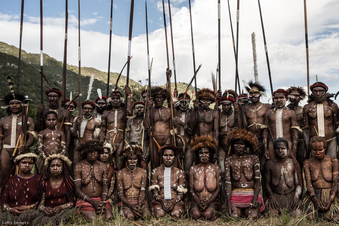 Fent: Egy harcos figuráz ki egy csatát a Baleim-völgyi Kultúrális Fesztiválon. Alul: Ugyanezen a fesztiválon, a Dani Lani és a Yali törzs tagjai gyűlnek össze egy kép erejéig.