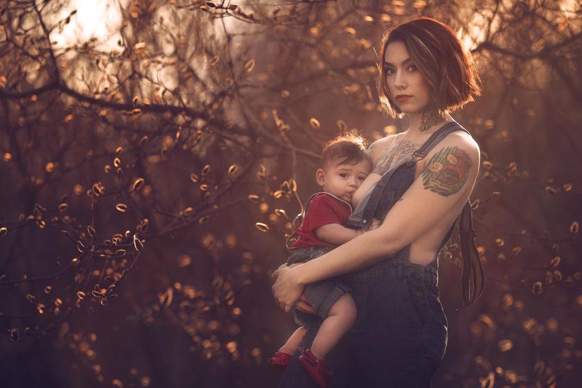 A projektre nagyon sok anyuka jelentkezett a kisbabájával. A művész anyaként a legszebb pillanatokra ráérezve fotózta a gyönyörű szoptatós jeleneteket.