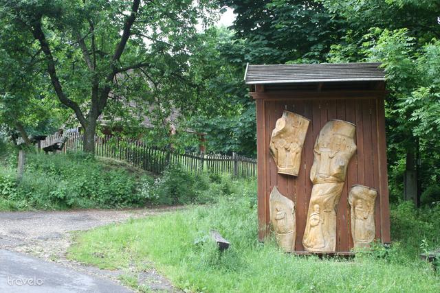 Klastrompuszta: a háttérben a barna kerítés mögött találhatók a romok