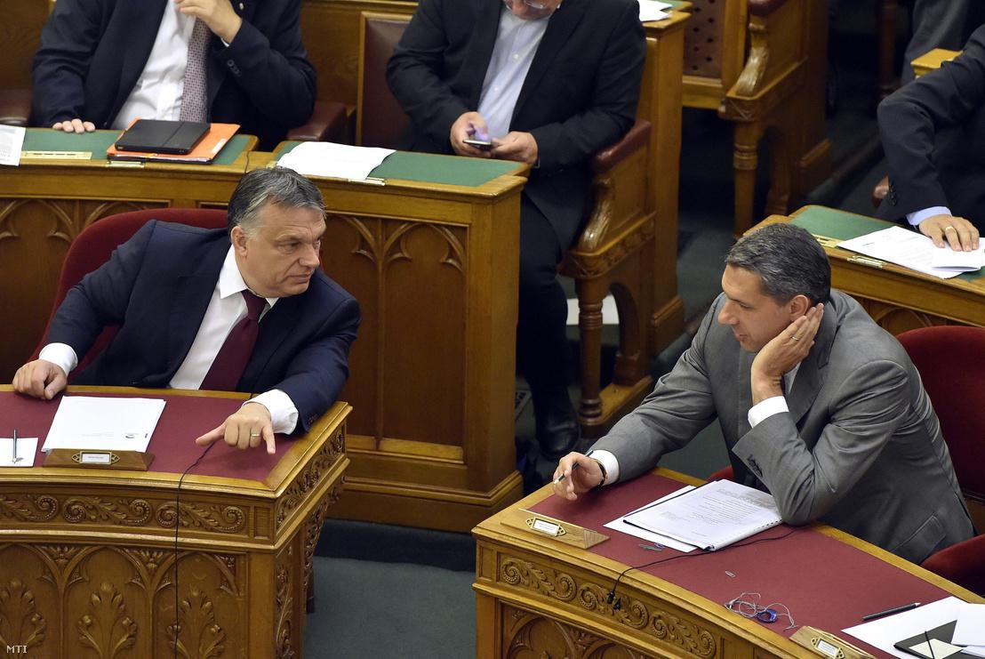 Orbán Viktor és Lázár János a szavazás alatt