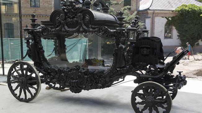 A világ egyik legnagyobb gyászhintóját mutatják be a Fiumei úti sírkertben