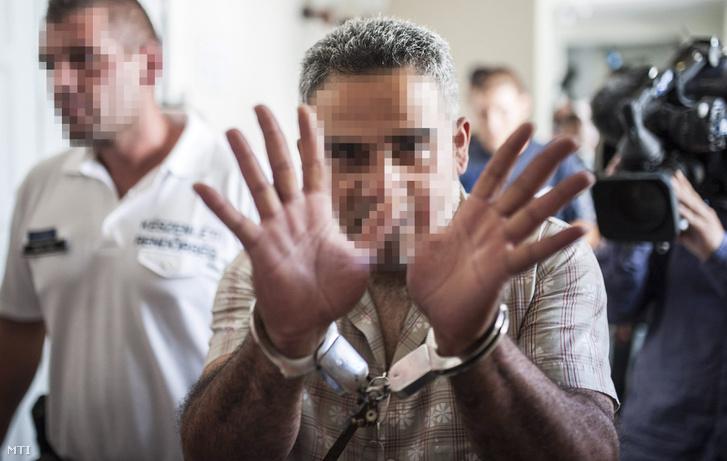 Az ausztriai A4 autópályán hagyott autóban 71 menekült halálát okozó bűncselekménnyel összefüggésben őrizetbe vett egyik gyanúsítottat vezetik elő az előzetes letartóztatásról döntő tárgyalásra a Kecskeméti Járási Bíróságon 2015. augusztus 29-én.