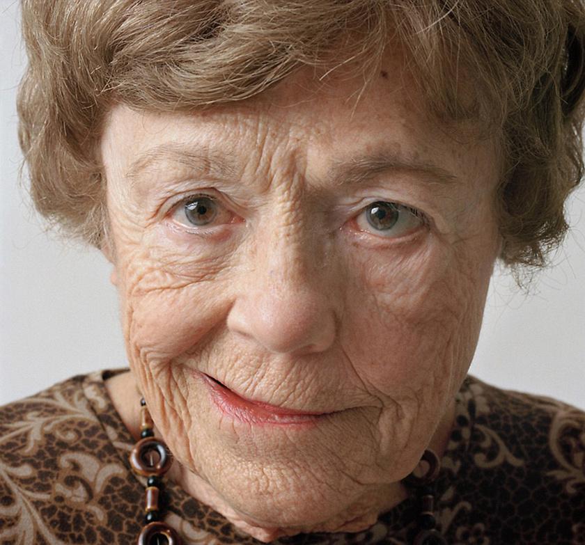 Idős hölgy arcának féloldali bénulásával. Kedvességet sugároz a kép.