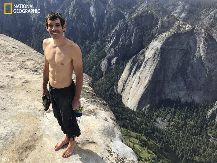 Alex Honnold a Freerider szólómászása után, a csúcson. A képen látható felszerelés mellett még egy póló is volt a mászónál. ( / MTI)