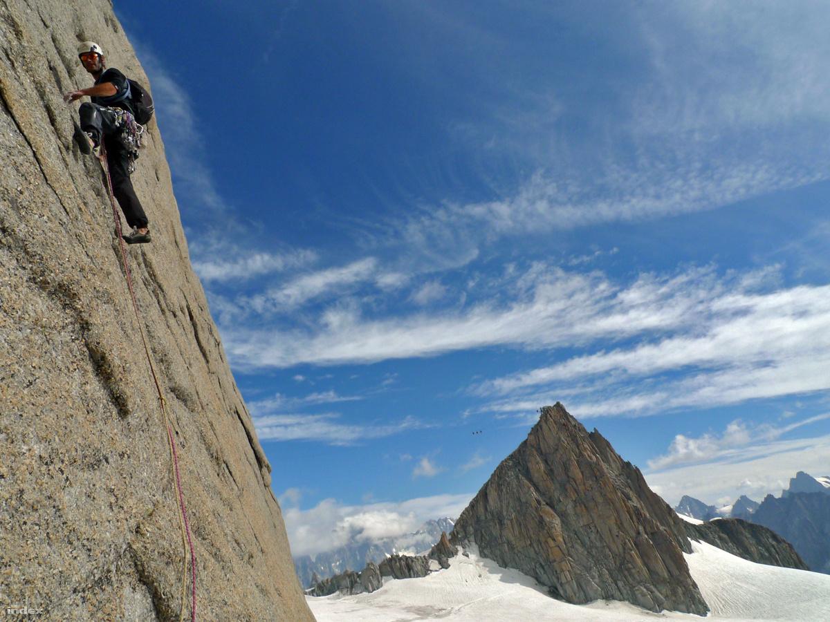 Az alpin típusú sziklamászásnál a mászó minimális felszereléssel mászik az extrém terepen, és semmilyen felszerelést nem hagy maga után. ( / Index)