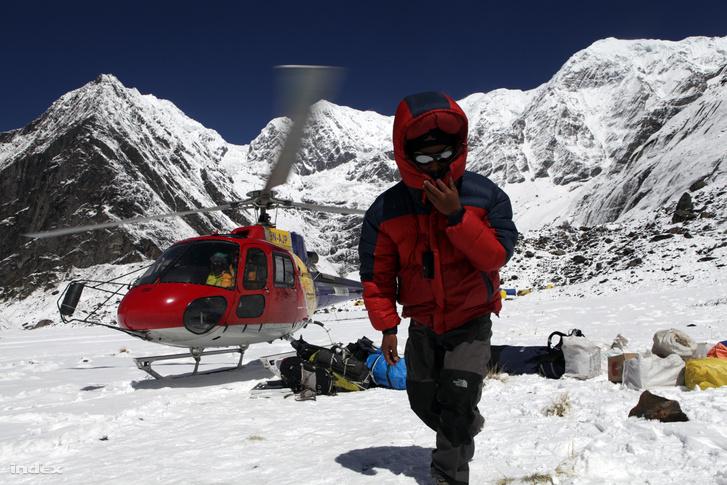 Helikopter hozza a kereskedelmi expedíciók felszerelését és élelmét az Annapurna 4000 méteren fekvő alaptáborába. ( / Index)