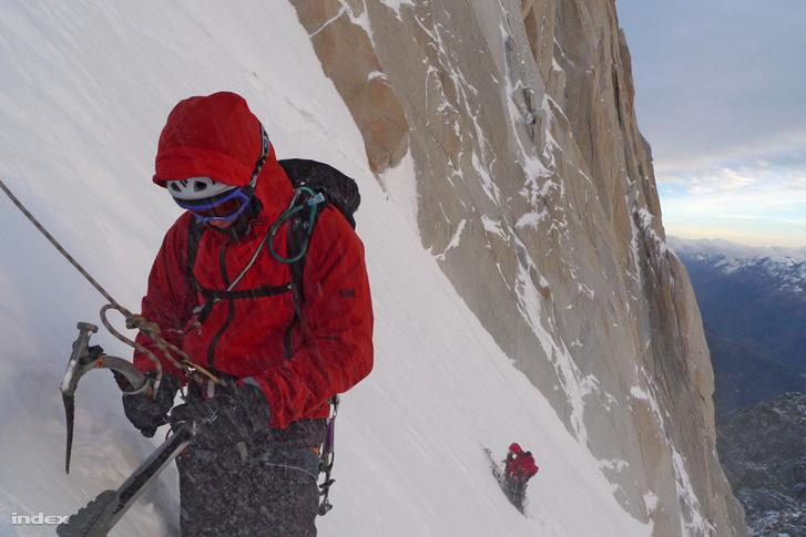 Kovács Tamás, Urbanics Áron és a szerző egy patagóniai hegy oldalában. A progresszív mászásoknál a sziklamászás, jégmászás és a hegymászás elemei keverednek. ( / Index)