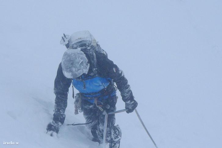 A progresszív hegymászásban már nem a magasság a lényeg, a mászók alacsonyabb magasságban is találnak maguknak komoly kihívást. Ez a kép az Alacsony-Tátrában készült egy téli mászáskor. ( / Index)