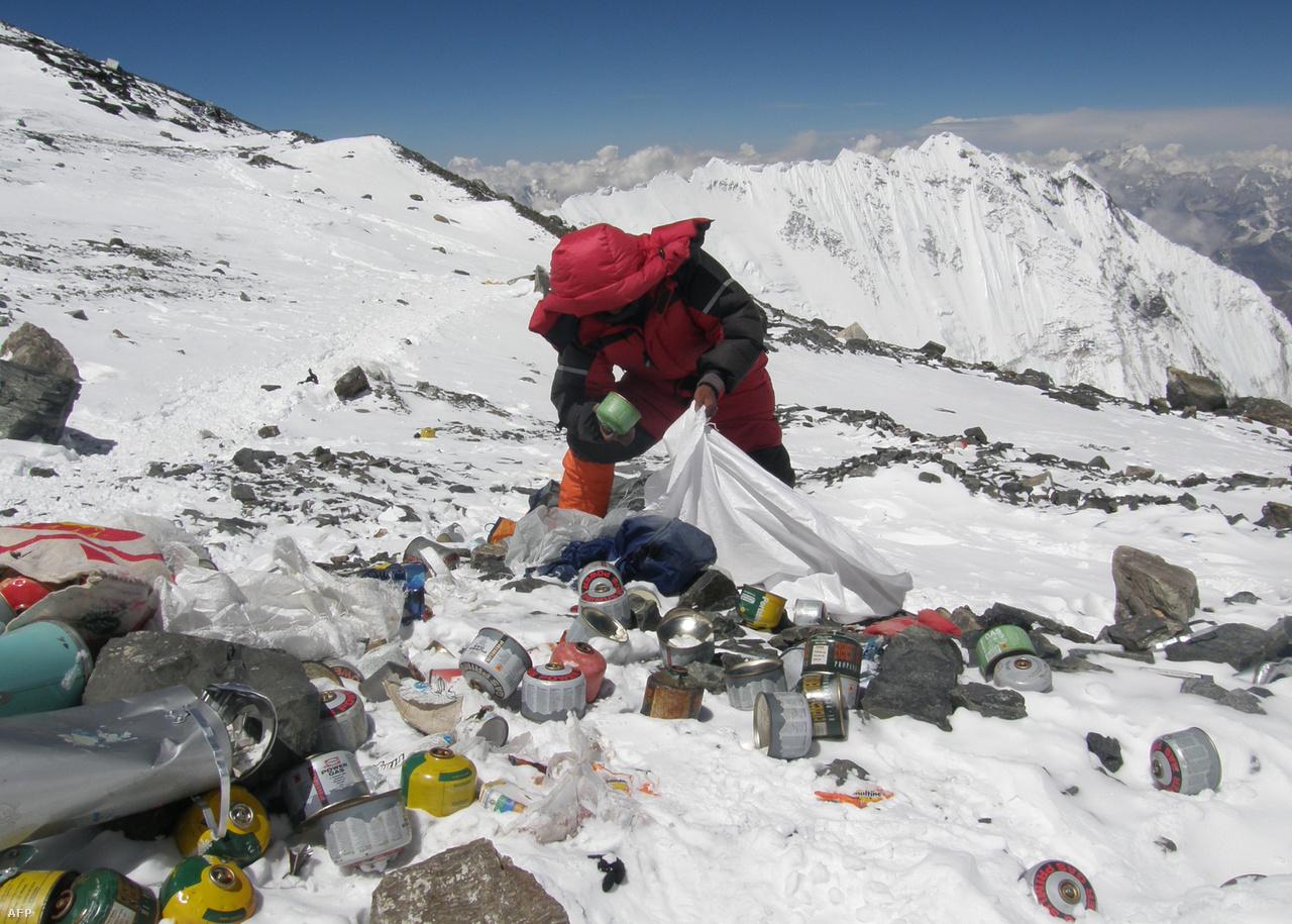 Szeméthegyek a Mount Everest egyik magashegyi táborában. Nem érintetlen vidék. ( / AFP)