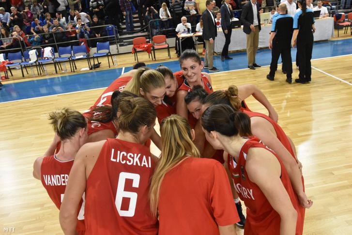 A magyar válogatott tagjai ünnepelnek miután 68:49-re legyőzték Szlovákiát a kosárlabda női Európa-bajnoki selejtező csoportkörének hatodik fordulójában játszott mérkőzésen Pöstyénben 2016. november 23-án