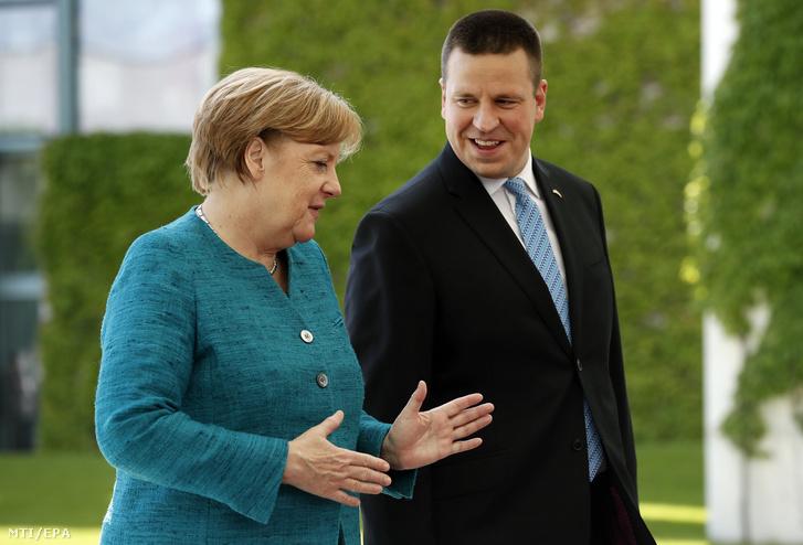 Angela Merkel német kancellár (j) és Juri Ratas az Európai Unió soros elnökségét július elsejétől betöltő Észtország miniszterelnöke 2017. június 15-én.