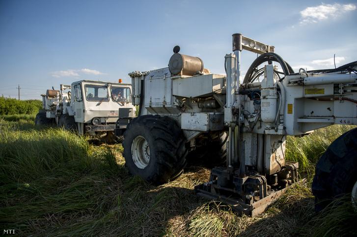 Önjáró vibrátor járművek Pécs közelében 2017. június 15-én. A Mecsekérc Környezetvédelmi Zrt. szeizmikus kutatásának célja a térség földtanának, szerkezetének megismerése, a geotermikus energia hasznosítási lehetőségeinek vizsgálata mintegy kétszáz négyzetkilométeren.