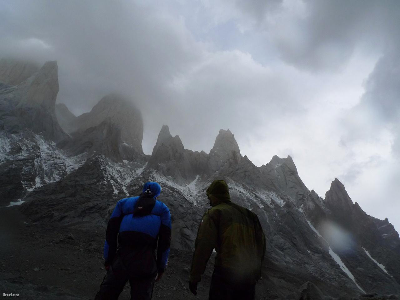 Patagónia sziklatornyai Dél-Amerikában az egyik olyan terep, ahol a kortárs hegymászás nagy kalandjai zajlanak. Egy magyar csapat áll a Fitz Roy tömbje előtt.