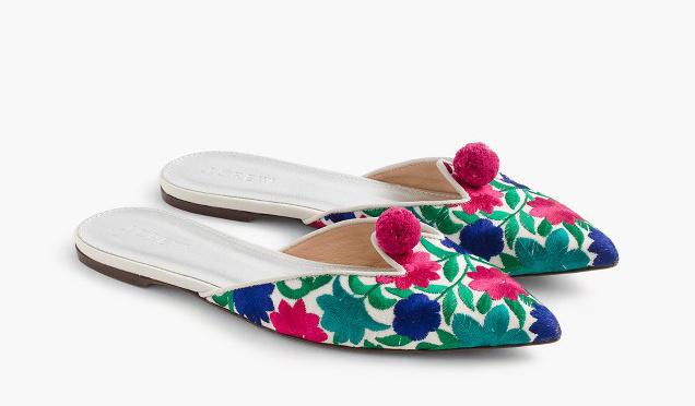 Sima pólóval és farmerrel menő kombinálni az ilyen látványos papucsokat. A hímzett virágos lábbeli 138 dollárba, kb.51 ezer forintba kerül a J.Crew boltokban.
