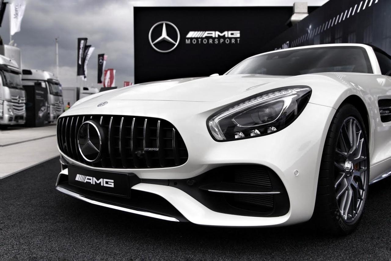 Bőven lesz látnivaló és program a nézőknek a paddockban ezen a hétvégén, itt kb. 200 milliónyi AMG Mercedes kelleti magát egy pódiumon, íme az egyikük