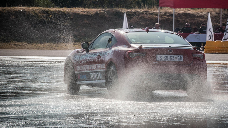 Toyota-GT86-epic-drift-sees-new-Guinness-World-Record-0