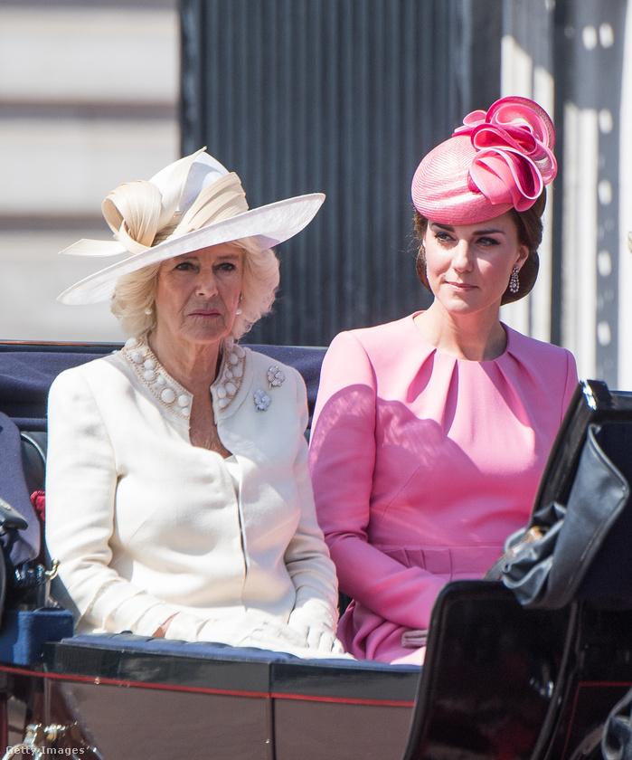 A hölgyeknek járt a hintó: bal oldalt a királynő menye, Kamilla, míg mellette Katalin hercegné ül.
