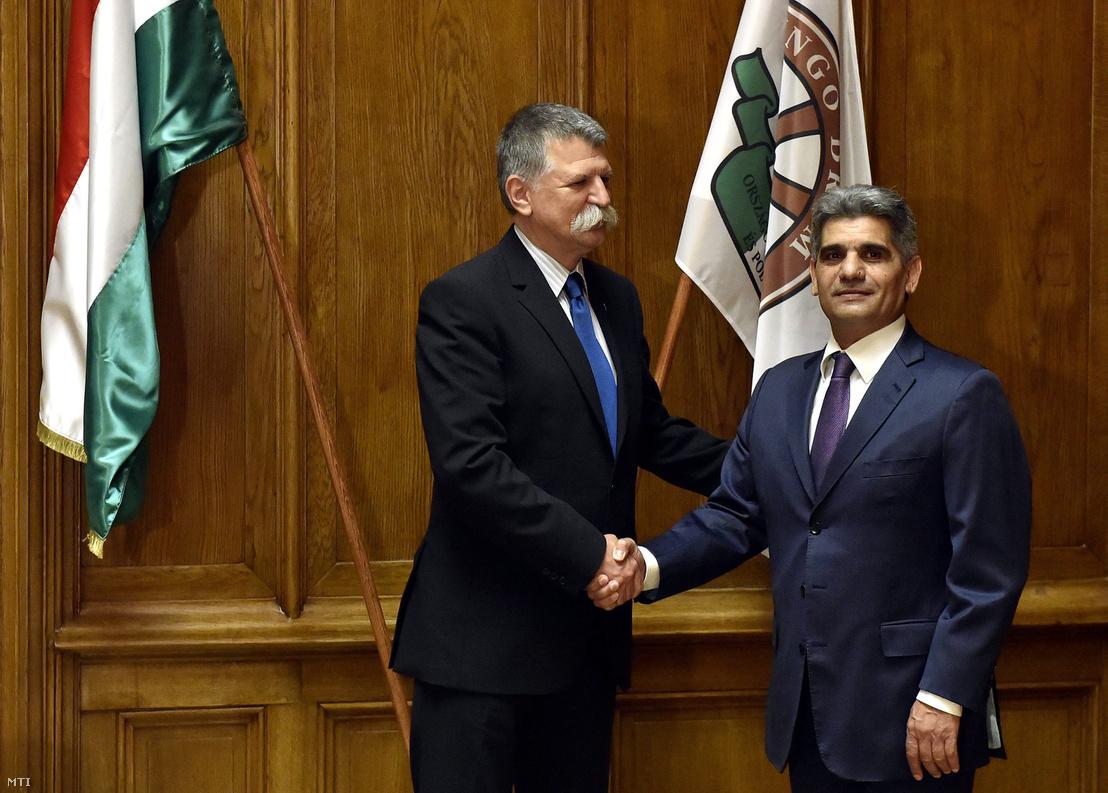 Kövér László a Fidesz választmányi elnöke (b) és Farkas Flórián a Lungo Drom elnöke kezet fog a két szervezet közötti együttműködésről szóló stratégiai megállapodás aláírása után a Fidesz Lendvai utcai székházában 2017. május 26-án. A Fidesz és a Lungo Drom a soron következő országgyűlési és önkormányzati választásokra történő felkészülésben a választásokon és az ezeket követő törvényhozási kormányzati és önkormányzati munkában működik együtt.