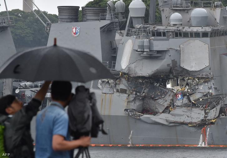 A USS Fitzgerald megrongálódott hajóteste Jokoszuka kikötőjében
